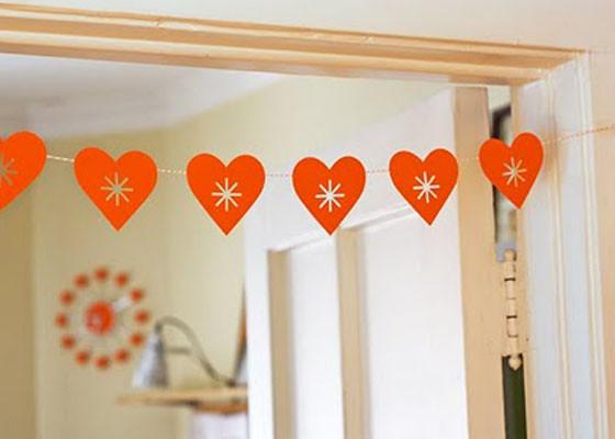Натяните гирлянду под потолком, можно украсить стену,окно или дверной проем или развесить на комнатные растения...