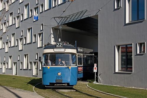 P-Zug 2010 befährt die Häuserdurchfahrt an der Lothstraße