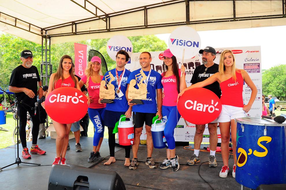 """El Team """"Sin Bombacha"""" (Rodrigo Galiano y Antonio Lezcano) con un tiempo de 3 horas y 11 minutos fueron los felices ganadores de la categoría Mountain Bike galardonados en primer lugar. (Elton Núñez)"""
