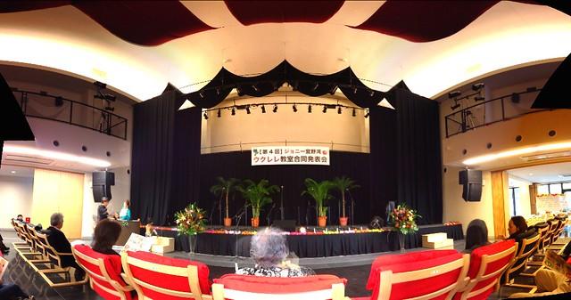 ジョニー宜野湾ウクレレ教室発表会、最高に盛り上がりました☆東崎音楽堂が噂に違わぬ広々センスのいい空間。弾力感バツグンの木製椅子がとっても快適でした。