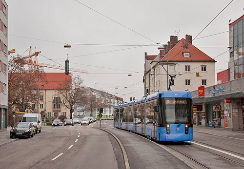 Die Streckenführung am Pasinger Marienplatz erfolgt zukünftig nur noch eingleisig stadteinwärts, zum Bahnhof biegt sie an der Ampel in die Bäckerstraße ein