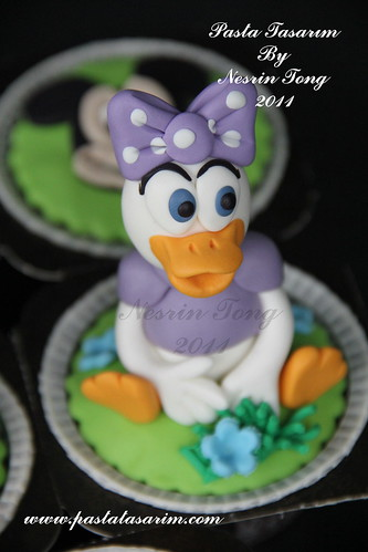 DISNEY CHARACTERS CUPCAKES- DAISY DUCK