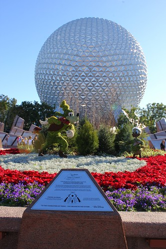 Front topiary with Goofy and Donald Duck
