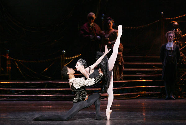 Tamara Rojo with Carlos Acosta in Swan Lake © Bill Cooper/ROH 2004