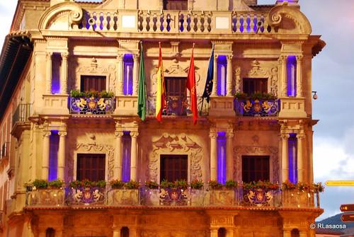 Espectacular iluminación del Ayuntamiento de Pamplona