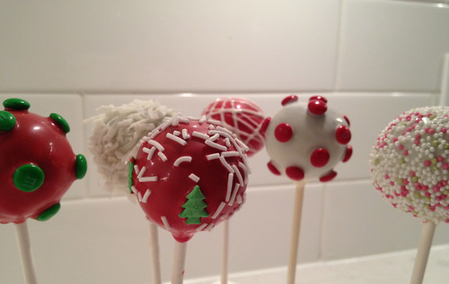 Christmas Cake Pops by aloricat