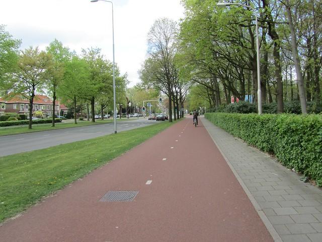 Das kann man Fahrradgerechte Verkehrsführung nennen. Immer wieder ein Pardies für den Bundesdeutschen Radfahrer. Übrigens fährt in den Niederlanden keine Sau mit Helm.