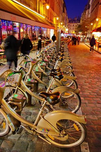 Paris, les Velibs alignés rue de la Harpe by paspog