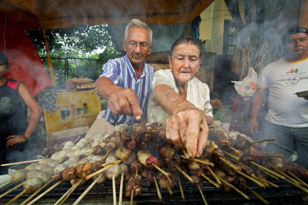 Locales de comida fueron habilitados en toda la ciudad para los miles de feligreses que acudían, esta pareja de ancianos vendía asaditos para calmar el hambre después de un largo y cansador viaje. (Tetsu Espósito)