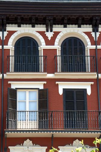 Detalle de balcones del Palacio Goyeneche, en la Plaza del Castillo
