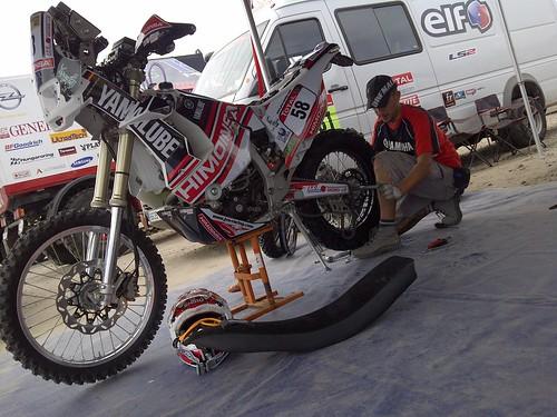 Mecánico reparando la moto del español