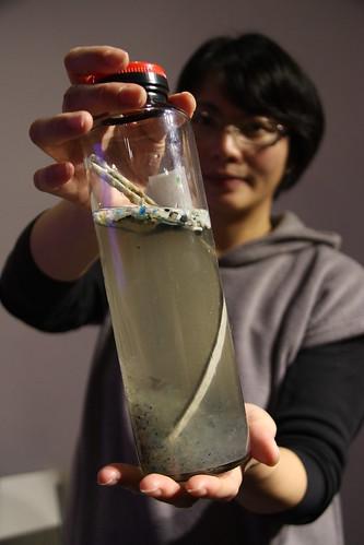 自太平洋海上帶回的「塑膠濃湯」,瓶內可見細碎的塑膠顆粒,魚吃下肚後人吃魚,很有可能再回到人身上。攝影:台灣環境資訊協會。