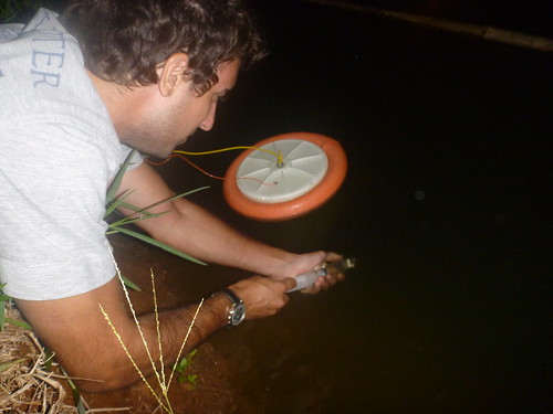 Coletando amostra de água para dessorção.