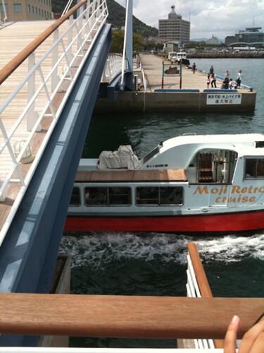遊覧船が橋の下を通過