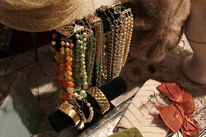 dethrosenecklaces