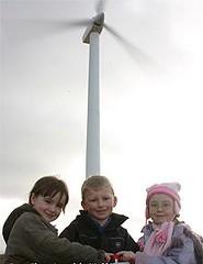 孩童在蘇格蘭阿蓋爾-比特的風力電廠合影。(Isle of Gigha Heritage Trust 提供)