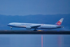 China Airlines Boeing 777-300ER twilight arrival DSC_0753