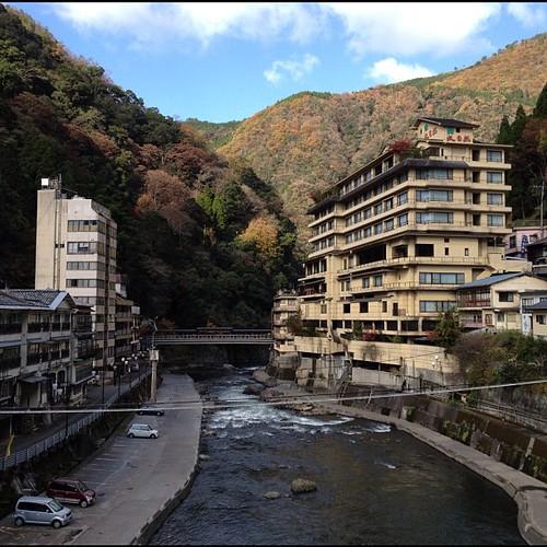 というわけで、そろそろ杖立温泉からオサラバしますかね。いい湯、いいプリンでした。堪能!写真は杖立橋から北の景色。