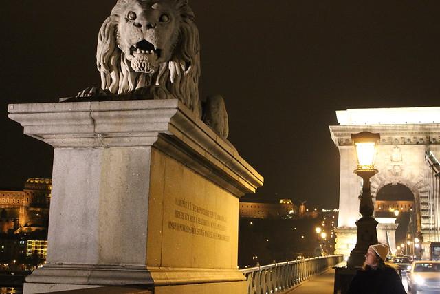 Contemplando uno de los leones del Lanchíd