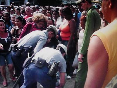 Agentes esposan a Ivonne al derribarla al suelo