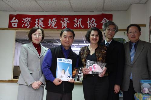 艾德雅嘉(Rosalía Arteaga)拜會台灣環境資訊協會,由外交部人員(右一)、環境資訊中心主任(右二)、秘書長陳瑞賓(左二)、副秘書長夏道緣(左一)陪同接待