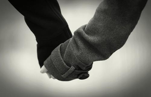 [フリー画像素材] 人物, カップル, ボディーパーツ - 手, 手をつなぐ, モノクロ ID:201112202200