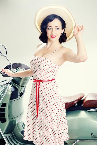 無料写真素材, 人物, 女性, オートバイ・バイク, ワンピース・ドレス, 帽子, アメリカ人, スクーター, 乗り物・交通  人物