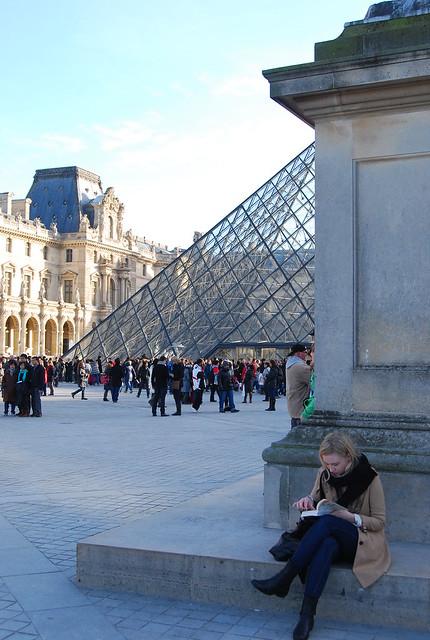 Leyendo ante el Louvre de París