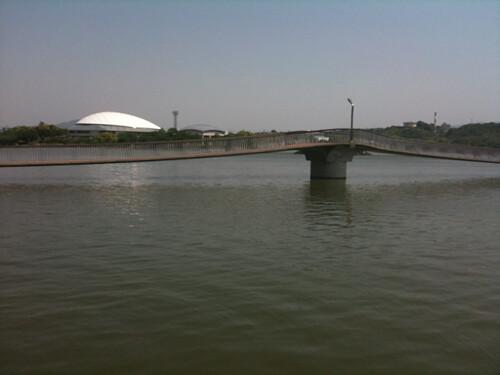 駕与丁公園の池に架かる橋