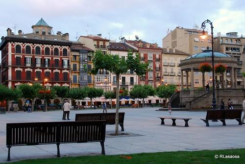 Una vista de la plaza del Castilloz con el palacio de Goyeneche a la izquierda y el famoso quiosco a la derecha.
