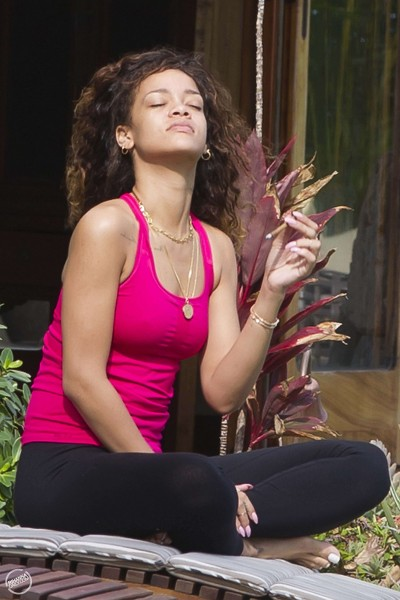 RIHANNA-SMOKING-WEED-marijuana (3)