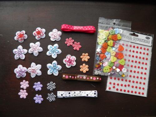 pakketje bloemetjes, lint, knopen en pareltjes