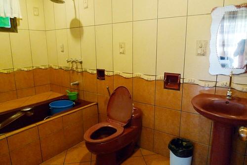 Keni Po Rooms - bathroom with tub