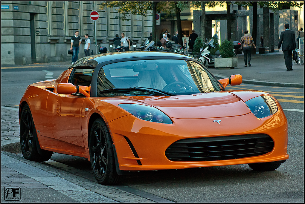 tesla-roadster-naranja-zurich