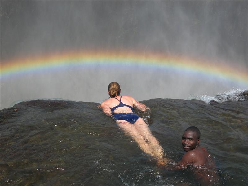 ヴィクトリアの滝のデビルズプールで遊ぶ観光客