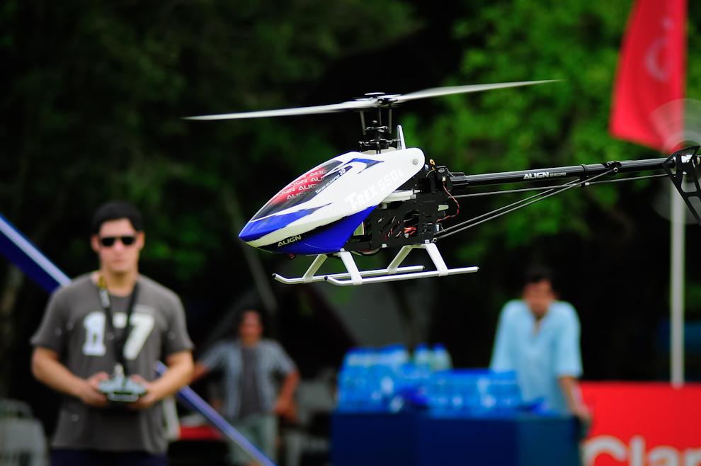 Uno de los asistentes del evento entretuvo al público con una demostración de talento en el manejo de un helicóptero controlado por radio, después de que los competidores hayan partido. (Elton Núñez)