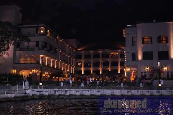 Bangunan di tebing sungai Melaka
