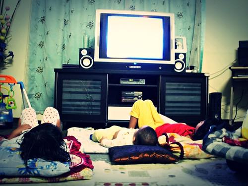 3 Makhluk Halus Di Depan TV by Nik Zulkhairi