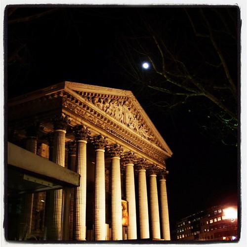 晴朗,即將月圓的入夜之後,我們在巴黎街頭,貪著那令人入迷的景色,不捨離去!