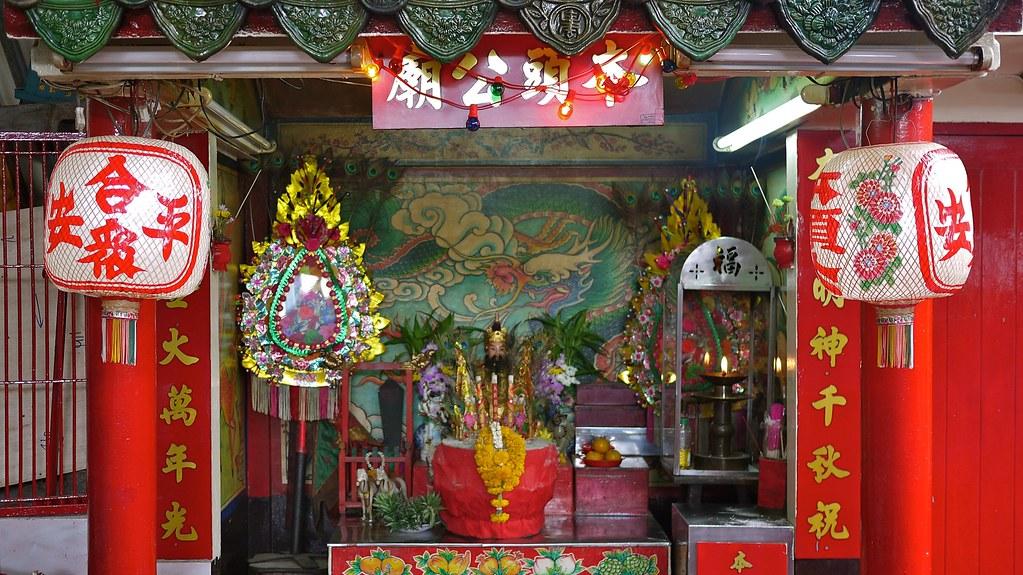 Noi Market Temple