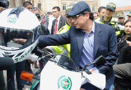 Gustavo Petro - Entrega de equipos de la policia01