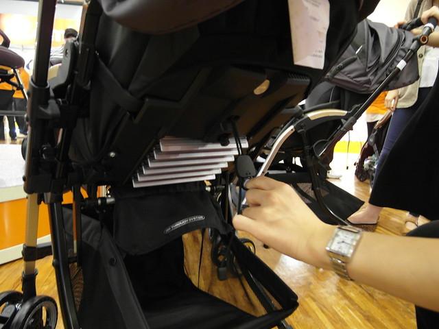 背後的散熱窗可以決定要開或關,座椅斜度調整也只要單手拉住這條線就可以辦到 @Combi御捷輪III手推車2014新品上市體驗會