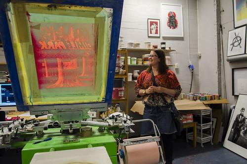 Sosialfagleg koordinator Silvia Sundelin i silketrykkverkstaden, der elevane får utvikla sitt eige uttrykk og mottek verkelege plakatoppdrag.