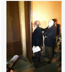 Manuel Robles intenta darle comida al alcade de Parla durante su encierro en Sol