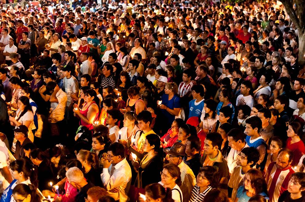 Miles de católicos asistieron a la misa de la medianoche el miércoles 7 de Diciembre en la plaza principal frente a la basílica de Caacupé. Cada uno con su vela encendida escuchaba con atención la homilía del Monseñor Juan Bautista Gavilán, obispo de Coronel Oviedo.  (Elton Núñez)