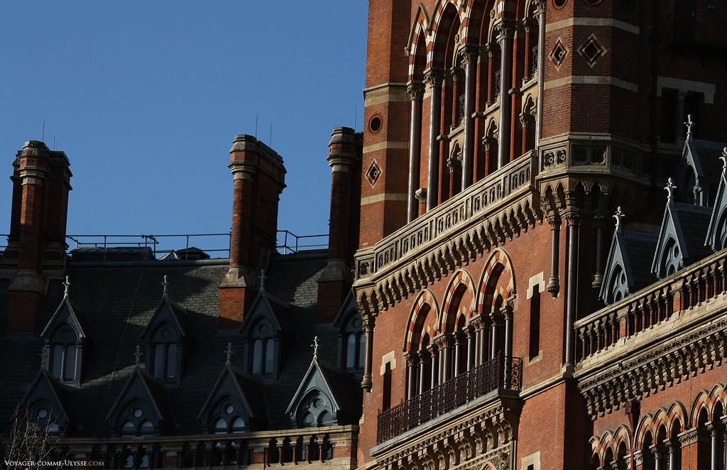 Détails de la façade de la gare de St Pancras, avec ce style néogothique tant à la mode au XIXe siècle.