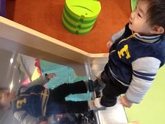 ボーネルンドの店内で遊ぶとらちゃん(2011/12/23)