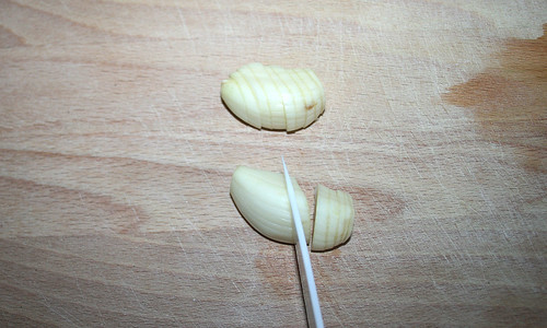 18 - Knoblauch in dünne Scheiben schneiden