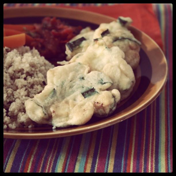 ao almoço: pataniscas de curgete com molho de tomate, cuscuz e cenouras cozidas