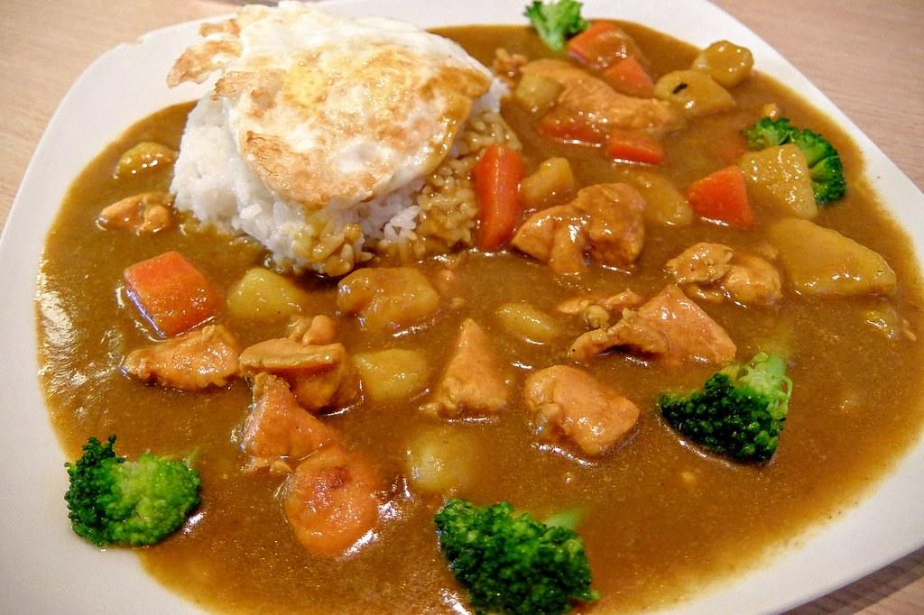 咖哩飯,日式咖哩風味,帶著一點甜味...醬汁給的很多,基本上都可以添一碗飯來搭料啊